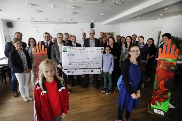 Checkübergabe. Im Rahmen des Schlossgrabenfestes wurden Spenden gesammelt. Foto: André Hirtz